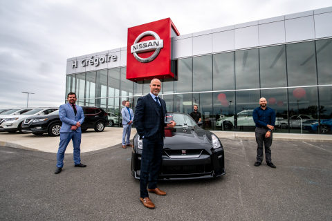 Le directeur général chez HGrégoire Nissan Vimont, Guy Filiatrault, accompagné de son équipe, reçoit le prix mondial d'excellence Nissan. (Photo: Business Wire)