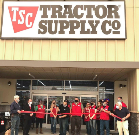 Tractor Supply celebrates its 1,900th store opening located in Oakhurst, California, with a ribbon cutting. (Photo: Business Wire)