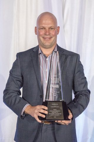 Shawn Vording, VP Automotive Sales, accepting the award on behalf of CARFAX. (Photo: Business Wire)
