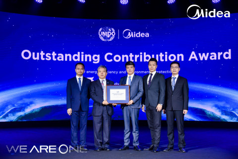 Ma Jian, the deputy representative of UNIDO for China, presented the award to Midea. (Photo: Business Wire)