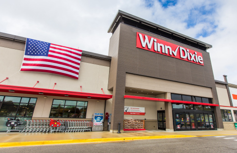 Winn-Dixie celebrates the grand opening of four new stores and commemorates Veterans Day by honoring military heroes and their families. (Photo: Business Wire)