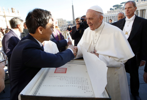 Jeonju Mayor Kim Seung-su attends the Wednesday Papal Audiences at St. Peter's Square in Vatican City and delivers Pope Francis a congratulatory letter reproduced in Jeonju Hanji, which had been sent to the Vatican in 1904 by Emperor Gojong to celebrate Pope Pius X's succession. (Photo: Business Wire)