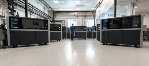 Das Desktop Metal Shop System™, das weltweit erste Metall-Binder-Jetting-System für die Produktionshalle wird jetzt in großem Umfang gefertigt und an Kunden in der ganzen Welt ausgeliefert.  (Photo: Business Wire)