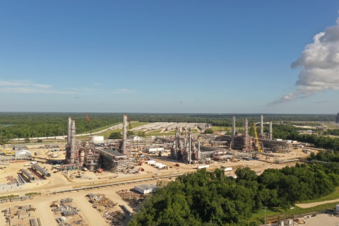 S&B today announced the successful, on-time completion of two NGL fractionation plants for Phillips 66. The plants have a combined capacity of 300,000 BPD, quadrupling the processing capacity at the Phillips 66 Sweeny Hub. (Photo: Business Wire)