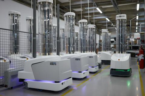 """UVDロボットはUVC光の照射機能を備えた自律型消毒用ロボットで、物体の表面や空気中にいるウイルスや細菌を殺菌します。クロアチアのシサクにある""""Dr.Ivo Pedisic""""は、15室の手術室にUVDロボットを配備した結果、消毒後に微生物の存在は示されませんでした。3月にこのロボットはCovid-19部門に対処するために移動されましたが、Covidの検査で陽性となった職員は1人だけだったのに対して、他部門で37人の従業員が陽性となりました。イタリアのGruppo Poloclinico Abanoでは、UVDロボットが配備される前に6人の医師がCOVID-19に感染していました。UVDロボットの配備後、医師、看護師、患者の間でCOVID-19の発症例は現われていません。これらのロボットは現在、世界60カ国以上に本格展開されています。(写真:ビジネスワイヤ)"""