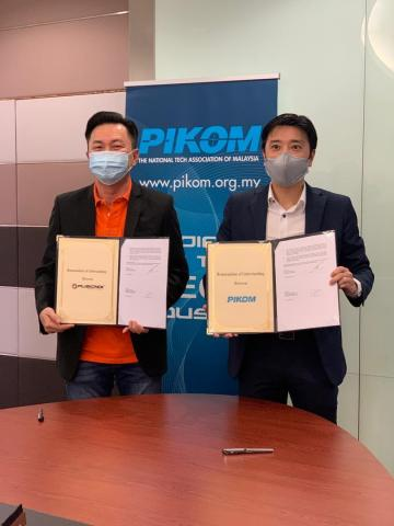 Fusionex Group CEO Dato' Seri Ivan Teh (right) exchanging a MoU with PIKOM Chairman Danny Lee (Photo: Business Wire)