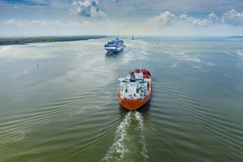 Vessels passing along the Houston Ship Channel (Photo: Business Wire)