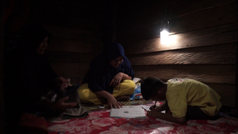 20by2020 Indonesia - Children studying at night (Photo: AETOSWire)