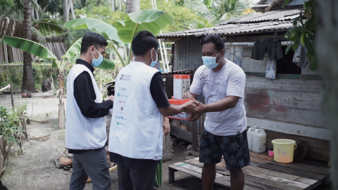 20by2020 Indonesia - Solar light distribution to a fisherman at Kotabaru, South Kalimantan (Photo: AETOSWire)