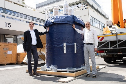 Professors Zweckstetter (left) and Griesinger with the 1.2 GHz magnet at the MPI in Goettingen (Photo: Business Wire)
