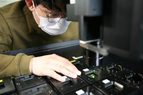 Samsung Display OLED technician examines performance of a new OLED organic material. (Photo: Business Wire)