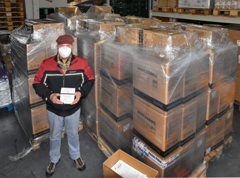 A volunteer at Tafel Bayern takes possession of and inspects the donated FFP2 respirators. (Photo: Business Wire)
