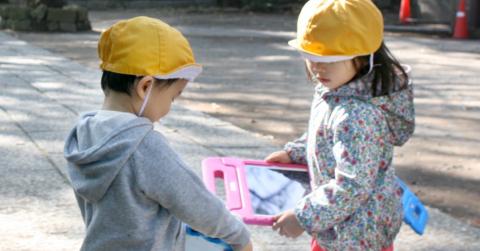園外でiPadを使って学ぶMEESの園児達 (写真:ビジネスワイヤ)