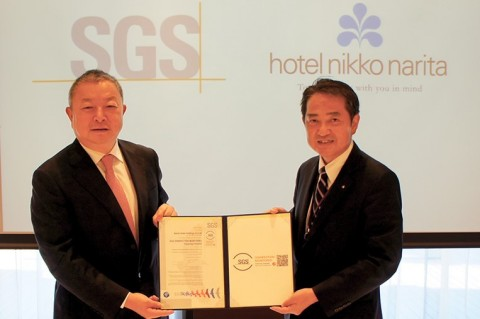Presentation of the certification and SGS mark by SGS Japan Inc. Managing Director Lisson Yan (left) to Hotel Nikko Narita General Manager Makoto Yoshitaka (right) (Photo: Business Wire)