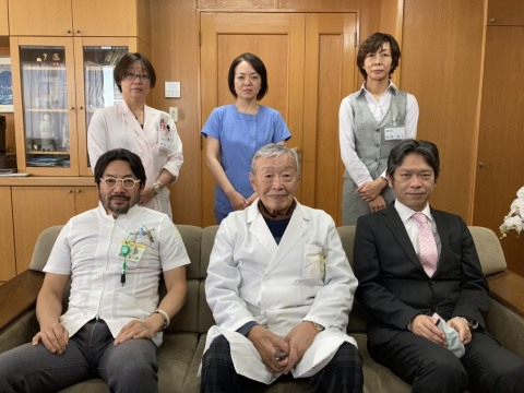 Edogawa Hospital team that accomplished a novel feat of regenerating osteoarthritis affected knee cartilage tissue through tissue engineering into clinically transplant-worthy chondrocytes enriched with hyaluronic acid, expressing chondroprogenitors; Sitting L>R: Dr. Shojiro Katoh (President), Dr. Masahiro Katoh (Chairman), Mr. Ryuzaburo Katoh (Director); Standing L>R; Other members of the team: Ms. Takako Fujisaki, Ms. Ayumi Mitsuhashi & Ms. Junko Tomioka. (Photo: Business Wire)