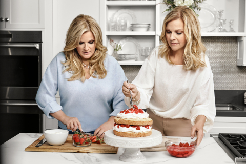 Trisha Yearwood and Her Sister Beth Use the Cake Stand from the New Trisha Yearwood Tabletop Collection with Williams Sonoma (Photo: Business Wire)