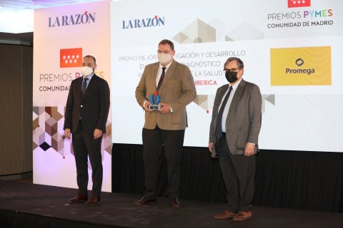 Promega Biotech Ibérica General Manager Gijs Jochems (center) accepts a Madrid Community SME Award. La Razón, a daily newspaper based in Madrid, recognized the biotechnology company's adaptation and innovation to lead the COVID-19 pandemic recovery in Spain. (Photo: Business Wire)