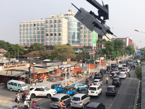 インドネシアの道路状況をセンシングするセンサユニット(画面中央)(写真:ビジネスワイヤ)