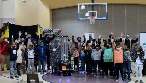 來自GMCS學區Twin Lakes學校的學生參加了機器人命名大賽,以幫助促進社交並鼓舞士氣。學校的機器人現在稱為「Fox先生」。UVD Robots最初是為了對抗院內感染(HAI)而開發的,現在已被部署在全球60多個國家的醫療部門、飯店業、辦公大樓和教育設施中,以滿足對安全性和清潔性新的更高的期望。(照片:美國商業資訊)
