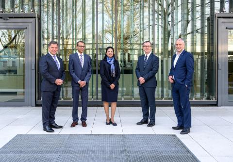 左より:クリスチャン・O・エルベ(エルベ・エレクトロメディジンCEO)、Shirish Joshi(Maxer Endoscopy GmbHゼネラルマネジャー)、Gayatri Joshi(Maxer Endoscopy GmbH株主)、Daniel Zimmermann(エルベ・エレクトロメディジンCFO)、マーカス・フェルステッド(エルベ・エレクトロメディジンCMO)。(写真は全関係者がCOVID-19の検査結果が陰性と確認後に撮影)