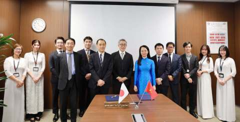 FPT Software Chairman Ms. Ha and Mitsui IT & Communication Business Unit GM Mr. Kogiku at the signing ceremony in February 2021. (Photo: Business Wire)