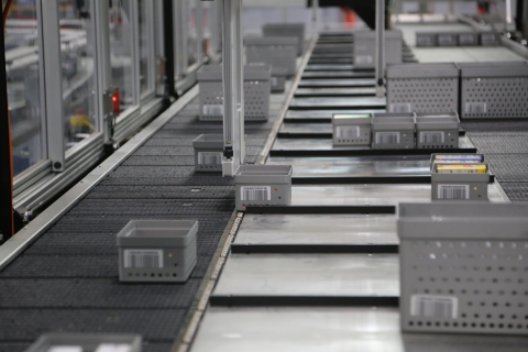 Consumer goods are organized into sanitized totes to support a multiple gripper pick module that can achieve a 95% automated pick success rate. (Photo: Business Wire)