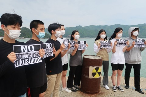 """""""Do Not Release Radioactive Water into The Ocean!"""" Late Spring Moon Ik-hwan School students are demonstrating against the Japanese government's decision to release contaminated water ahead of Earth Day with the Green Consumers' Network in Uijeongbu. Green Consumers' Network in Uijeongbu is holding an online demonstration against the release of contaminated water since April 15. (Photo: Business Wire)"""