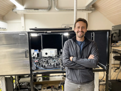 Spiden Founder & CEO Leo Grünstein in front of Spiden's biophotonic lab setup, which Spiden leverages to create its unique blood biomarker and drug detection library using light + AI. (Photo: Business Wire)
