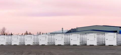 A Mitsubishi Power Americas, Inc. e a Powin, LLC estão ajudando a Southern Power a melhorar a confiabilidade da energia renovável na Califórnia com dois projetos de sistemas de armazenamento de energia de bateria (battery energy storage system, BESS). Esses projetos totalizam 640 megawatts hora e serão colocados nas instalações de energia solar de Garland e Tranquility da Southern Power para fornecer capacidade adicional de recursos flexível para integrar energia renovável intermitenteàrede. (Crédito: Mitsubishi Power)