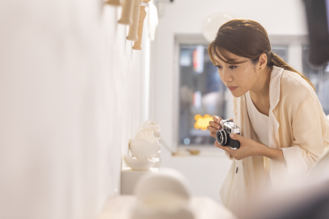 """艺术文化·就在香港"""" 互动微电影在香港知名跨界艺术家王菀之和导演彭秀慧的带领下,打卡大馆、南丰纱厂和西九文化区等全新艺术地标。"""