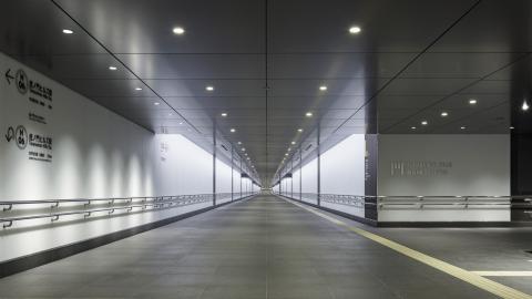 地下鉄と虎ノ門ヒルズ 森タワー、ビジネスタワーをつなぐ地下歩行者道路 (画像:ビジネスワイヤ)
