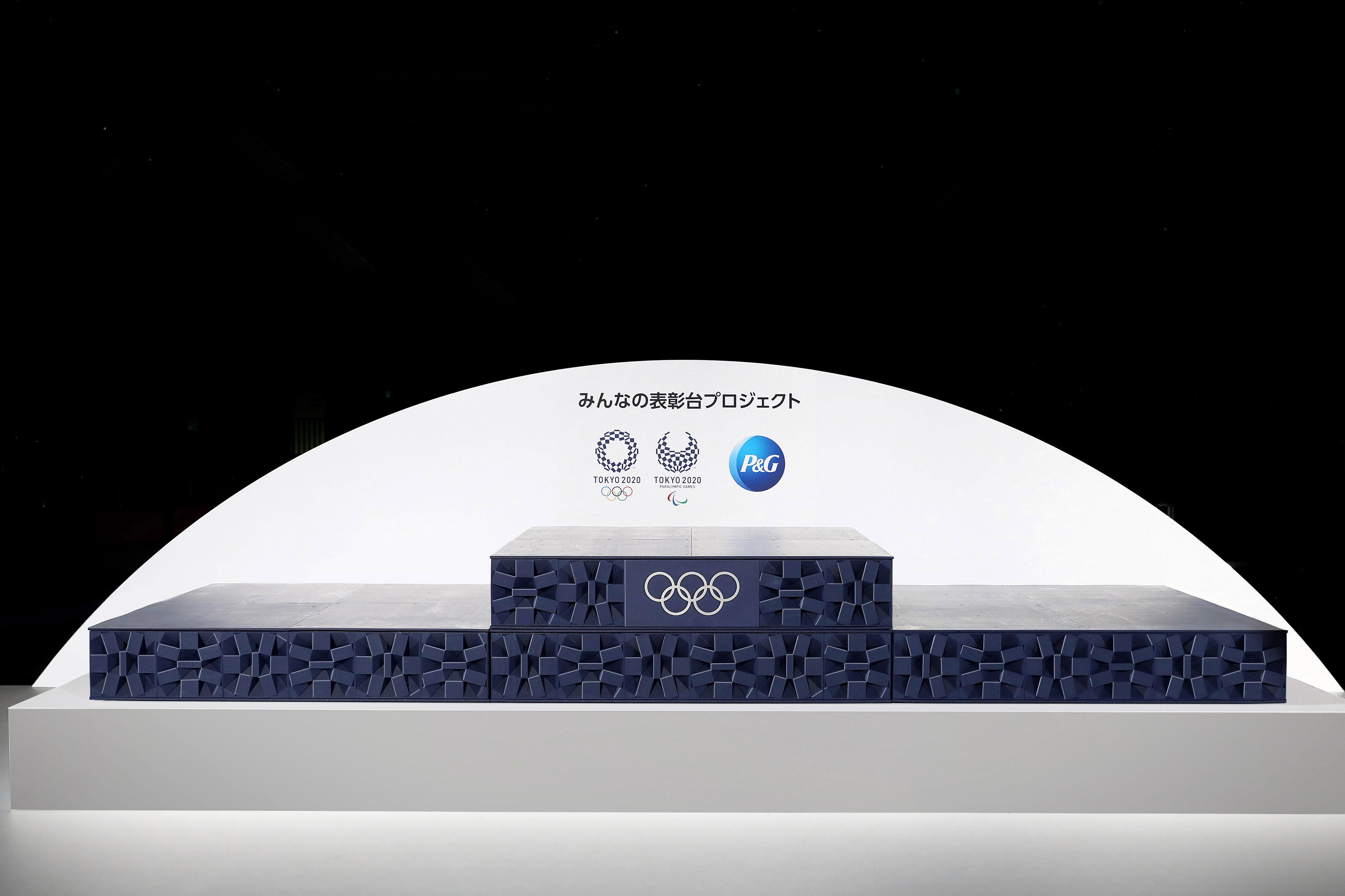 Photo Procter Gamble Enthullt Zusammen Mit Dem Organisationskomitee Der Olympischen Spiele Tokio 2020 Und Dem Internationalen Olympischen Komitee Das Aus Recyceltem Kunststoff Hergestellte Siegerehrungspodium Der Olympischen Und Paralympischen