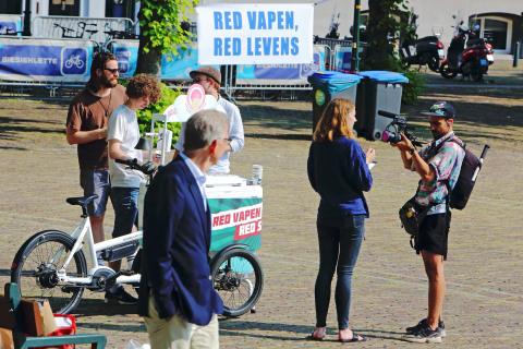 Voor de ingang van de Tweede Kamer deelden vapers en winkeleigenaren ijs uit dat heel vies smaakte. (Photo: World Vapers' Alliance)