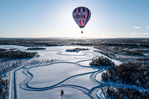 Two identical race tracks see the Taycan Cross Turismo power between two contrasting worlds (Photo: AETOSWire)