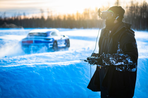 Johnny FPV and the Taycan Cross Turismo in the biting cold in Levi (Finland), north of the Arctic circle – (Photo – AETOSWire)
