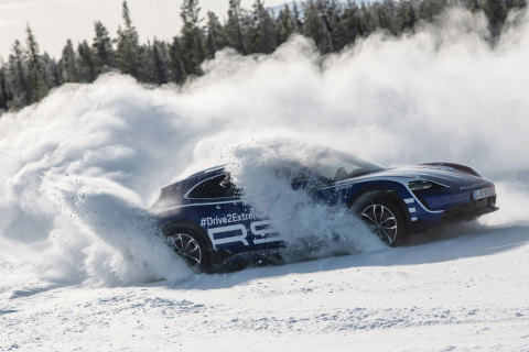 The Taycan Cross Turismo on a snow-blanketed frozen lake in Lapland (Finland) (Photo: AETOSWire)
