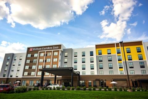 The Hilton Garden Inn Louisville Mall of St. Matthews (yes, that is Kentucky bluegrass) (Photo: Business Wire)