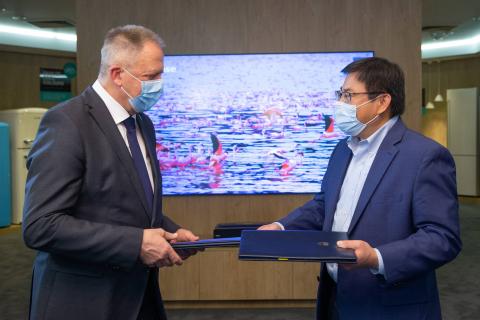Управляющий директор Hisense в Европе Чао Лю и министр Здравко Почивалшек подписали соглашение о государственных субсидиях для инвестиций Hisense в завод по производству телевизоров в Веленье (Фото: Business Wire)