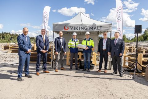 The time capsule and the representants from Construction Consultant Afry, Viking Malt and the Mayor of Lahti, Pekka Timonen. Photo by Viking Malt.