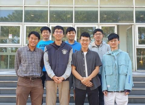 The award-winning team. Front row, beginning on left: Jerry Chou (advisor), Wang Tzuwen (team captain), Chang Chenghsun, and Hsiao Yicheng (coach); back row, beginning on left: Mou Chanyu, Chiang Liyuan, and Huang Wenyuan. (Photo: National Tsing Hua University)