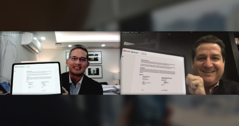 Alfredo S. Panlilio, Smart Communications President and CEO and Abel Avellan, Chairman and CEO of AST SpaceMobile, sign the Memorandum of Understanding. (Photo: Business Wire)