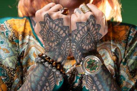 """BOMBERG は、持ち前の反抗精神を発揮し、CBD の葉の抽出物を組み込んだ初の時計を発表しました。「BB01 オートマティック """"Cure the BullDog"""" キュア・ザ・ブルドッグ」です。 (Photo: Business Wire)"""