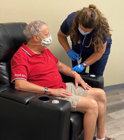 A Virtis Health nurse practitioner provides infusion therapy to a patient in the Company's new Flagstaff, AZ Ambulatory Infusion Center. (Photo: Business Wire)