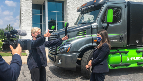U.S. Secretary of Energy Jennifer Granholm and U.S. Representative Haley Stevens take an in-depth look at the Hyliion Hypertruck ERX ™ during a tour of the FEV North American Technical Center in Auburn Hills, MI. (Photo: Business Wire)