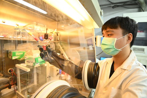 Lu in Prof Hu's lab where he set up experiments to cross compare results obtained at NTHU and at UoL.(Photo: National Tsing Hua University)