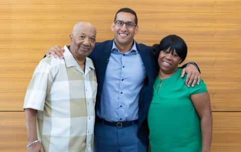 Impella ECPを使用した世界初の患者であるRobert Matthewsさん(左)と娘のTanya Petersonさん(右)、治療に当たったインターベンション心臓専門医のAmir Kaki医師(中央)。(写真:ビジネスワイヤ)
