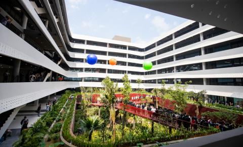 Das Foto zeigt F-Town 3 - den Campus von FPT in Ho-Chi-Minh-Stadt, Vietnam. FPT ist derzeit weltweit in 26 Ländern im asiatisch-pazifischen Raum, in Australasien, den USA und Europa vertreten. Mit den Lieferzentren in der Slowakei und der Tschechischen Republik ist FPT in der Lage, seinen in Europa ansässigen Kunden ein einzigartiges Liefermodell anzubieten - das Bestshore-Modell, das Ressourcen aus dem Offshore-Bereich (Vietnam, Philippinen und Indien), aus dem Nearshore-Bereich (Slowakei, Tschechische Republik) und aus dem Onsite-Bereich (Deutschland, Großbritannien, Belgien, Niederlande) für eine optimale Kostenstruktur und eine effizientere Kommunikation sowie ein effizienteres Projektmanagement kombiniert.