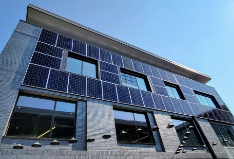 View of Boulder Commons II building from the outside with UE Power transparent solar windows in the middle section. (Photo: Business Wire)