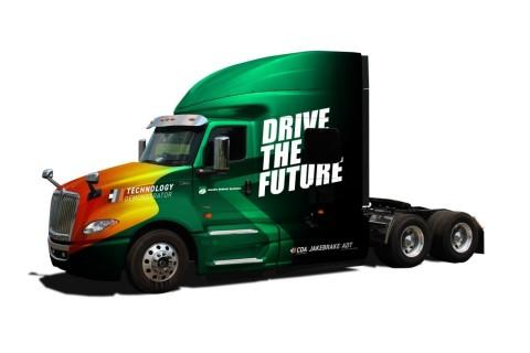 キャプション:ジェイコブス・ビークル・システムズとトゥーラ・テクノロジーは、NOxとCO₂の排出量を削減する機会を探求しており、ジェイコブスの最新のデモ用トラックに、ジェイコブスのCDAとトゥーラのディーゼルDSFの両技術を搭載し、お客さまに直に体験してもらう。(写真:ビジネスワイヤ)