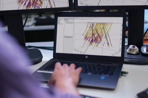 Seequent ya integra sus soluciones Leapfrog, Oasis montaj, Target e Imago con MX Deposit, lo que agiliza los procesos y aumenta la eficiencia para geólogos, ingenieros y otras partes interesadas. Por ejemplo, los usuarios pueden extraer fácilmente datos capturados en MX Deposit en Target para generar secciones o Leapfrog Geo para modelado 3D y análisis de datos de barrenos. Los equipos pueden colaborar en modelos con Seequent Central y compartir con las partes interesadas mediante Leapfrog Viewer. (Foto: Business Wire)